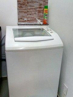 Lavanderia com máquina de lavar roupas