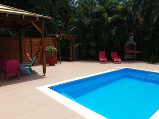 Villa neuve,Piscine, 4ch climatisées, 8 personnes, forêt Calme, proche Malendure, Bouillante