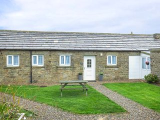 THE STABLES, barn conversion, two double bedrooms, pet-friendly, private patio, near Masham, Ref 920052