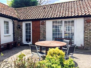 RAMBLER'S REST, all ground floor, en-suite, parking, in courtyard setting, near Bridlington, Ref 922233