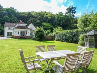 WOODHILL COTTAGE, open fire, lawned garden, WiFi, two sitting rooms, Holmbury St