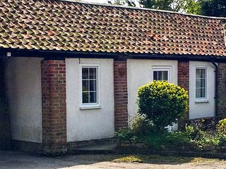 CUPID'S COTTAGE, cosy cottage in courtyard, double bedroom, parking, WiFi, near Bridlington, Ref 922235