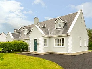 7 LATHEANMOR COURT, pet-friendly, lawned garden, walks from the door, Belmullet,