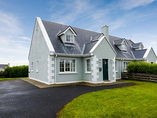 8 LATHEANMOR COURT, pet-friendly, open fire, ground floor bedroom, lawned garden, Belmullet, Ref 932805