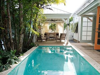 Chick-a-Pea's Cottage: Pet-Friendly with Fenced Yard! Parking & Private Pool, Key West