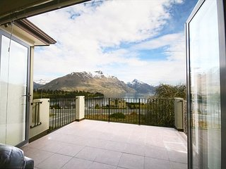 Beautiful blank canvas: modern, four bedroom townhouse in central Queenstown