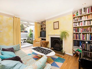 Colourful and homely 1 bed home with patio in Earls Court