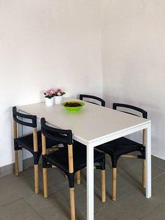 Eettafel in de woonkamer (tot 6 personen binnen te dineren)