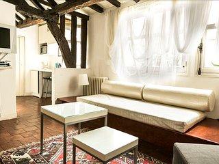 Sunny studio apt in Marais