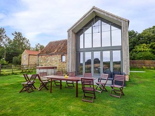 OAK HOUSE AT BLUEBELL GLADE, pet-friendly, hot tub, tranquil setting in Market