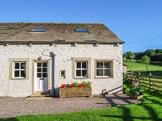 THE NOOK, 17th century cottage, enclosed garden, WiFi, walks from the door, Gargrave, Ref 934364