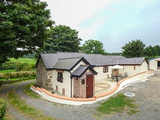 PENTRE BERW, detached barn conversion, WiFi, private patio with BBQ, in Pentre