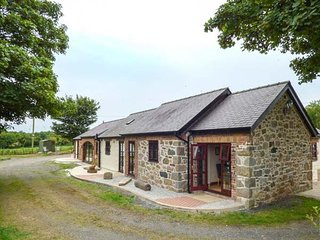 PENTRE BERW, detached barn conversion, WiFi, private patio with BBQ, in Pentre