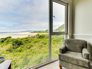 Elegant, oceanfront condo with extraordinary views - dogs welcome!