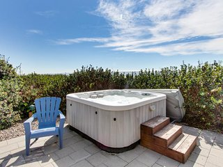 Spacious oceanfront, single-level home with private hot tub. Dogs okay!, South Beach
