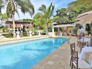 Villa Bonita #1 Sleep up to 35, pool, Jacuzzi.., Isabela