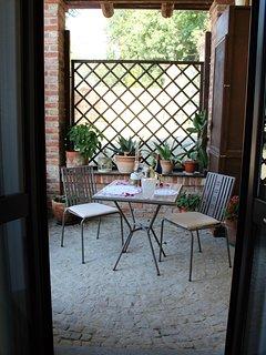 Patio esterno degli ospiti con vista giardino.