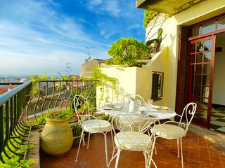 Quirky Provence Village House with Sea View Terrac, Cagnes-sur-Mer