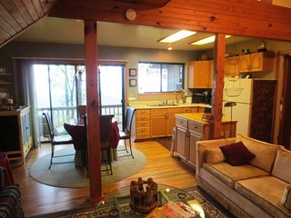 Eagle's Nest, ridge top 2 bdrm cottage with jetted tub for two and spectacular view!, Eureka Springs