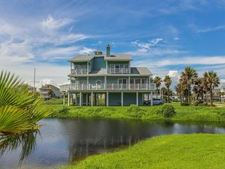 Dog-friendly Galveston Island home near the beach w/ deck & gas grill!