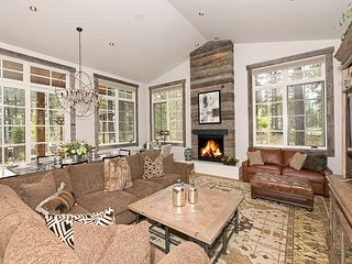 First Light - Gorgeous 3 BR 2.5 Bath Luxury Home in Gray's w/ NEW Hot Tub, Truckee