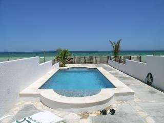 Beach Front Brand New Villa, Heated Pool & Wi-Fi