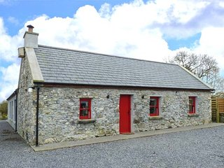THE VISITING HOUSE, hot tub, natural swimming pool, Sky TV, WiFi, en-suite, pet-friendly, near Dunmore, Ref. 21606