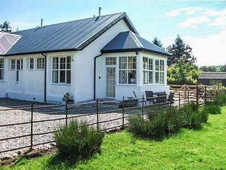 GHLEANNA BEAG (SMALL GLEN), end-terrace, all ground floor, woodburner, conservatory, parking, in Kilmartin, Ref. 26552