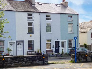 MILLSTONE COTTAGE, mid-terrace, pet-friendly, WiFi, shops and pubs in walking di