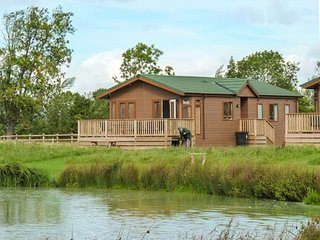 BRAMLEY LODGE, luxury chalet, open plan, fishing lake on-site, near Weston super