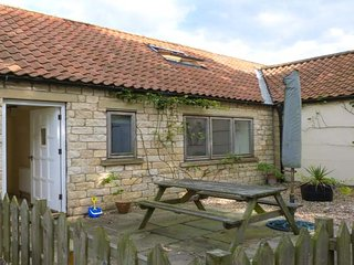THE SPINNEY, good touring base, pet-friendly cottage near Weburn, Ref. 915675, Welburn