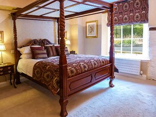 SUMMER HILL 1, luxury ground floor apartment, four poster bed, double-ended bath