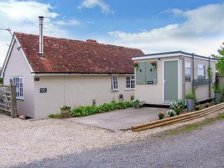 KEYBROOK LODGE, ground floor, enclosed garden, pet-friendly, WiFi, in West Orchard, Ref  917157