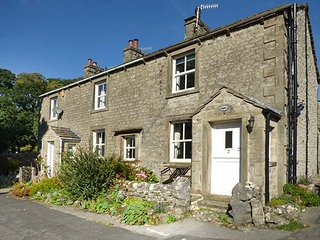LAVENDER COTTAGE, stone-built, woodburner, WiFi, walks from the door, in Threshf