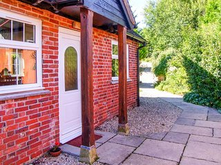 GRIST MILL COTTAGE, single-storey, en-suite, woodburner, WiFi, near Fontmell Magna, Ref 918681