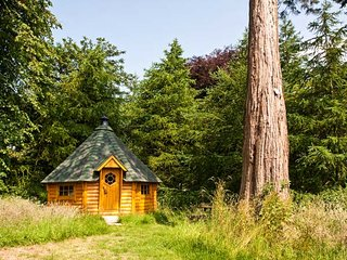 EDEN LODGE, elegant Edwardian property with hot tub, sauna, woodburner, WiFi, ma