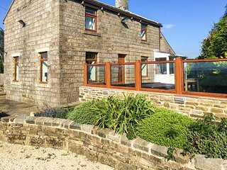 QUARRY BANK HOUSE, detached, woodburning stove, hot tub, WiFi, near Oxenhope, Re