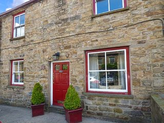 MARY'S COTTAGE, mid-terrace, woodburner, WiFi, pet-friendly, cottage garden, in Hawes, Ref 919368