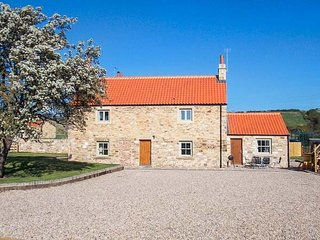 ORCHARD COTTAGE, woodburner, hot tub, WiFi, pet-friendly, near Durham, Ref