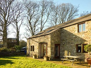 FOLD BANK, semi-detached barn conversion with WiFi, great for walking the Yorkshire Three Peaks, near High Bentham, Ref 919697