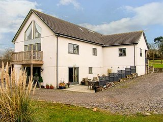 NANT-YR-RHEDYN, hot tub, woodburners, coastal, pet-friendly, WiFi, Red Wharf