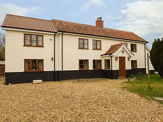 MEADOW VIEW, en-suite, woodburner, pet-friendly, character cottage, near Attleborough, Ref. 920070