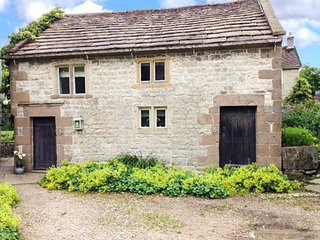 THE STUDIO, fabulous stone-built cottage, woodburner, near Carsington Water, in Parwich, Ref 920314