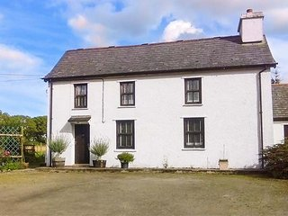 PENLON, detached farmhouse, pet-friendly, WiFi, lawned garden, near New Quay, Ref 920847