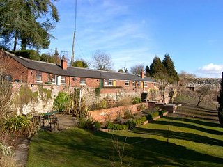 THE POTTING SHED, woodburner, WiFi, pet-friendly, set in historic garden, Chirk, Ref. 921236