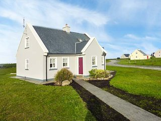 6 LIOS NA SIOGA, pet-friendly cottage with balcony, close to beach and amenities, near Belmullet, Ref 921358
