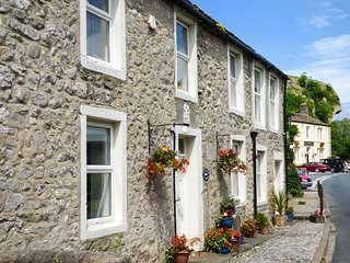 ANGLERS COTTAGE, woodburner, WiFi, pets welcome, wonderful walks, in Kilnsey, Ref. 921539