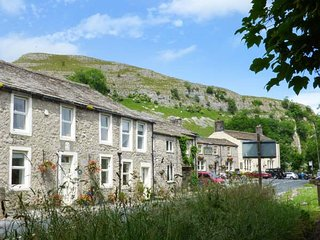 ANGLERS COTTAGE, woodburner, WiFi, pets welcome, wonderful walks, in Kilnsey