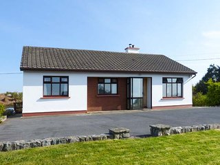 TIGH MAMO, all ground floor, open fire, enclosed lawned garden, in Spiddal, Ref 921980