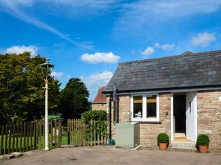 HIGH RISING COTTAGE, detached stone cottage, with WiFi, woodburner and parking, Ross-on-Wye, Ref 937097